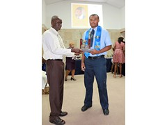 Mr. Kirkwood Cleare presenting to Lance Pelecanos(prefect) of the Class of 2016 - 490A7479